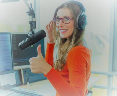 a screen caster using a nice microphone to help her audience.